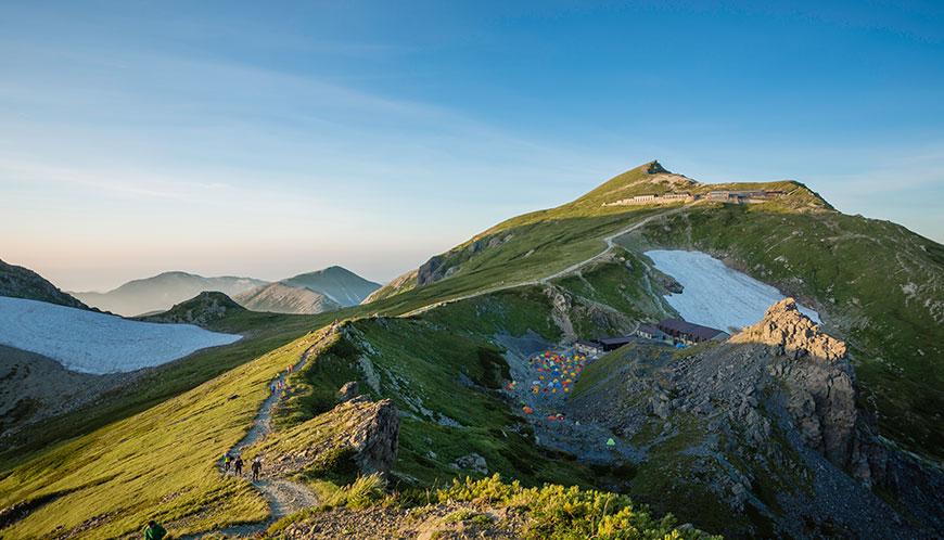白馬岳。山自体は「シロウマダケ」と呼ぶが山域は「ハクバ」。白馬岳から杓子岳の間のお花畑はあまり花に興味の無い僕でも素晴らしいと思う。