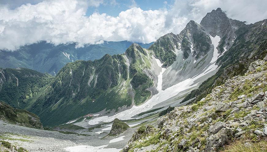 穂高連峰。北アルプスを代表する山域のひとつ。ハイシーズンの涸沢にはテントの花畑が出来る。写真は涸沢と前穂高岳