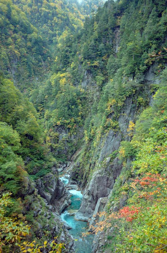 下ノ廊下。雪深い黒部渓谷を秋の短期間だけ歩くことが出来る。水平歩道は垂直に近い岩壁に幅0.5~1m、高さ2~3mのコの字型にくり抜いた道が延々と続き、高い所で水面から数百メートルの高さがある。