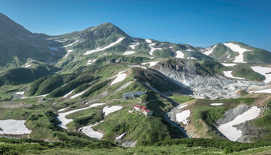 立山。冬は雪に閉ざされる立山。夏は観光客で賑わう。雷鳥沢にテントを張ってベースに出来るので便利。