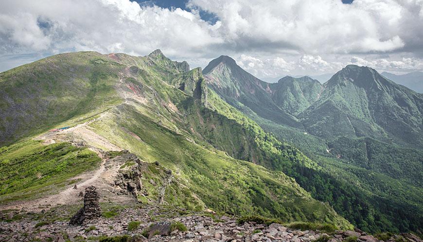 八ヶ岳。硫黄岳から横岳、赤岳、阿弥陀岳を望む。稜線も気持ちいが北八ヶ岳や麓の森が癒やされる。Wonder Mountainsでは北八ヶ岳の苔の森からはじまり、硫黄岳から主峰赤岳までを縦走する。